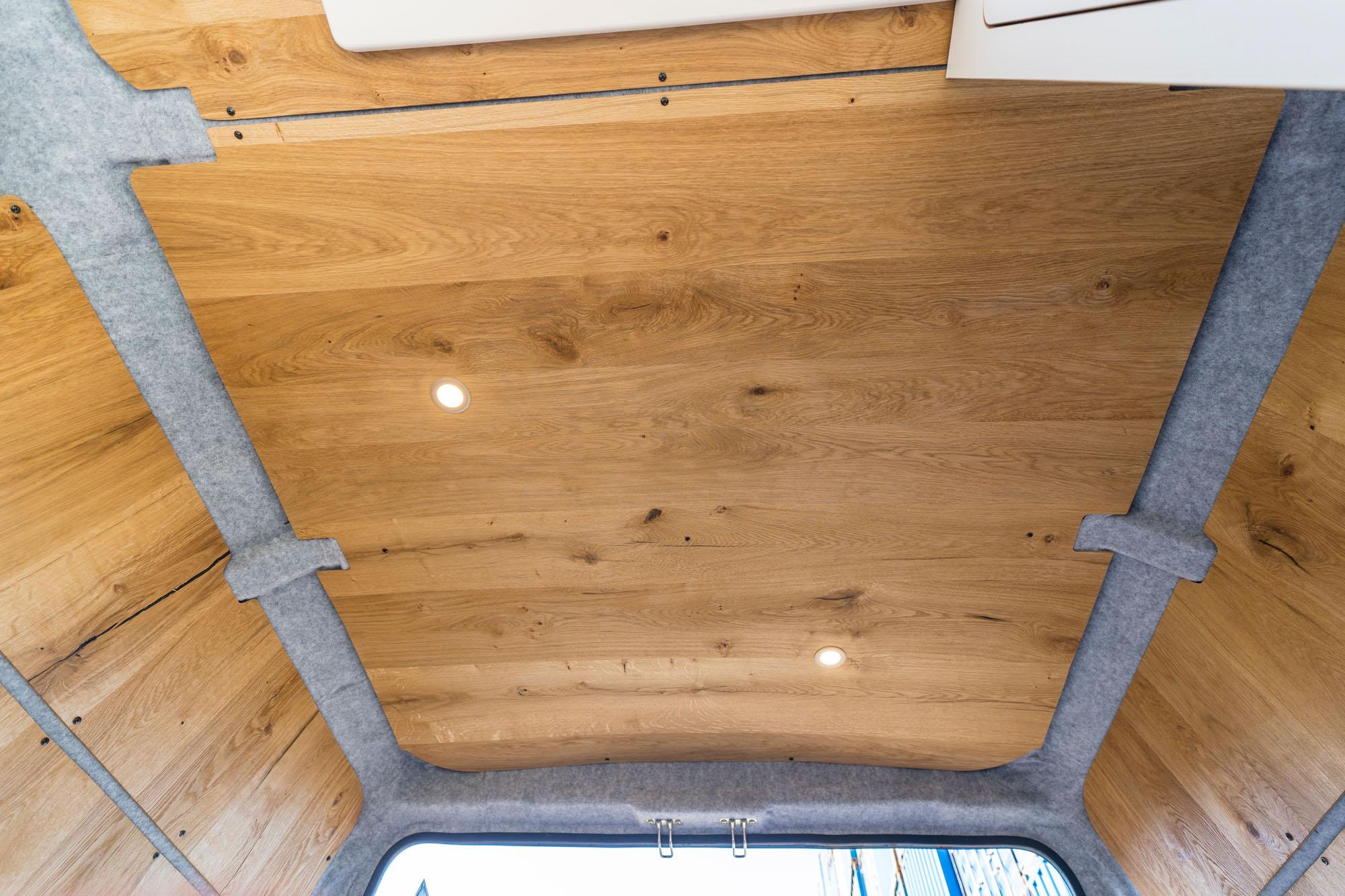 Echtholz-Decke mit warmen Licht