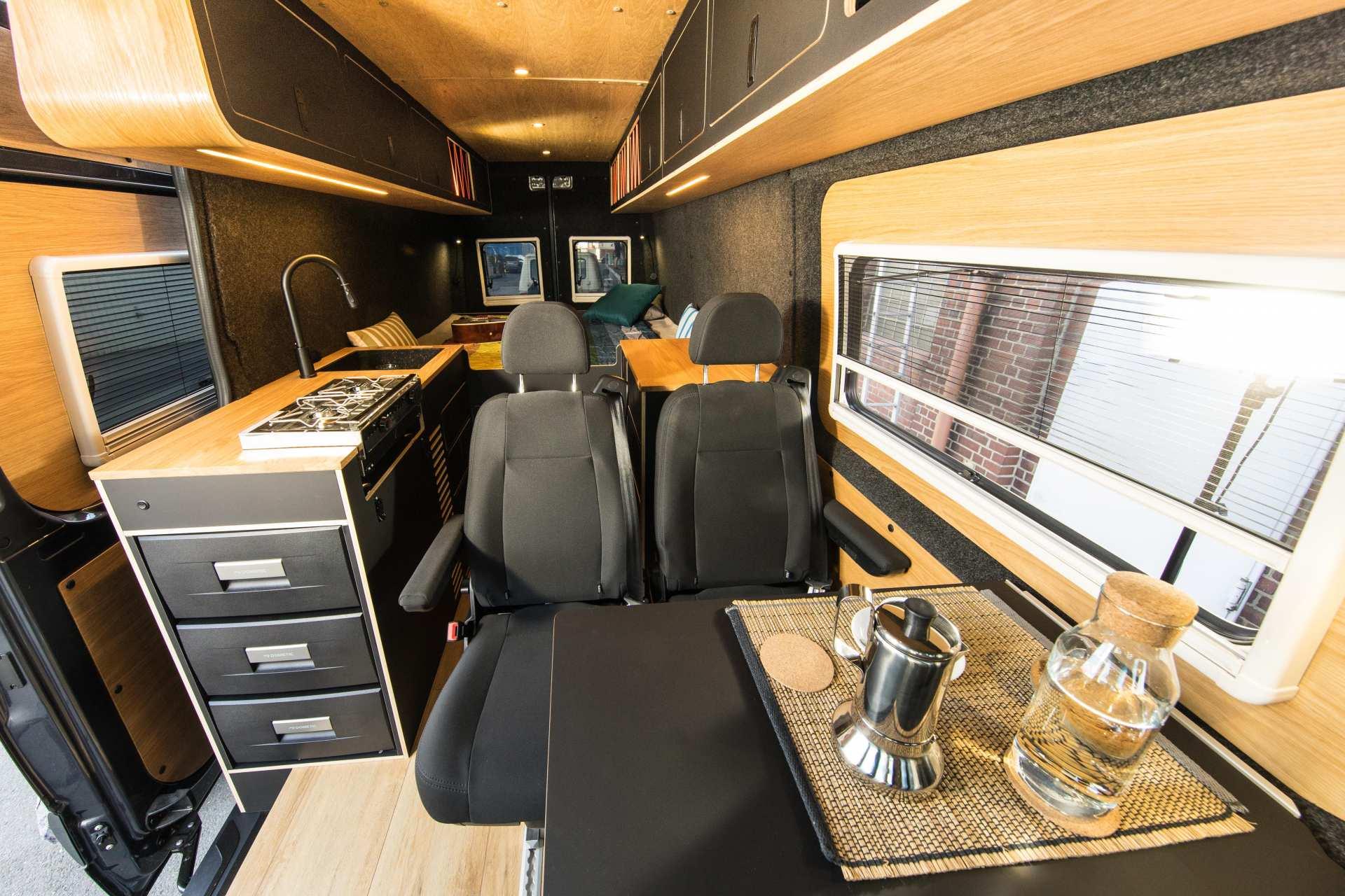 Individualausbau: Van in Black  - 15