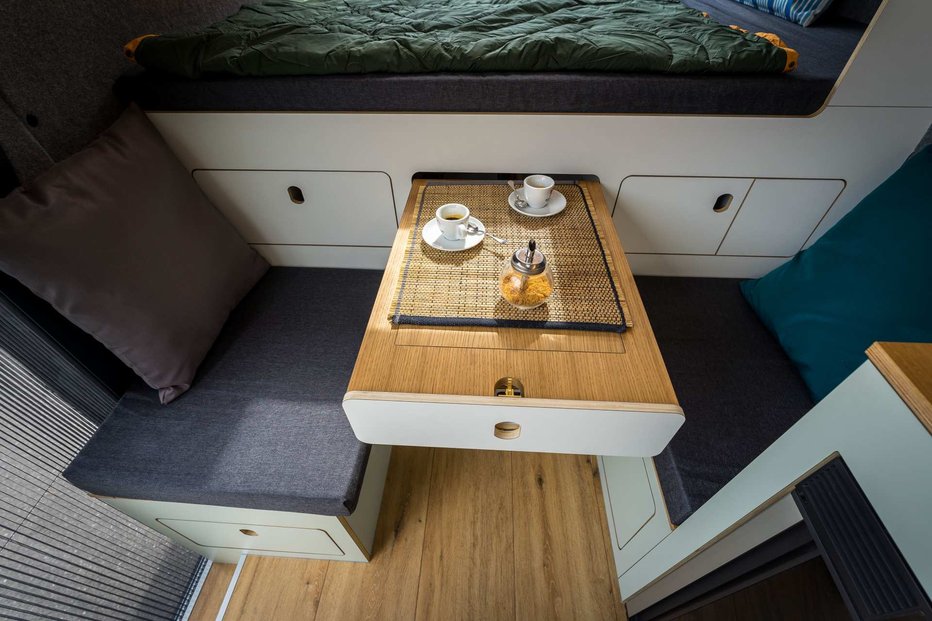 Sitzmöbel und ausziehbarer Tisch mit eingearbeitetem Brettspiel