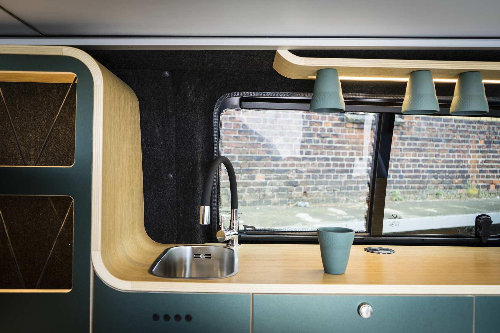 Waschbecken und Tassenhalter